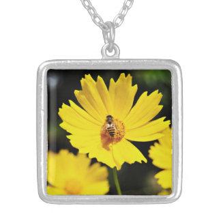 Flor y abeja amarillas del cosmos colgante cuadrado