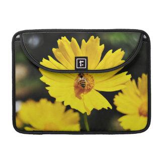 Flor y abeja amarillas del cosmos fundas macbook pro