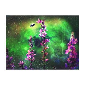 Flor y abeja rosadas contra el mundo impresiones en lienzo estiradas