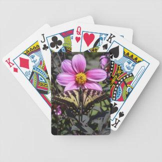 Flor y mariposa bonitas en jardín baraja