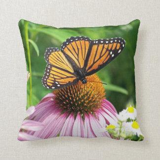 flor y mariposa de monarca rosadas cojines