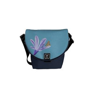 Flor y mariposa del lirio de día de la lila bolsas messenger