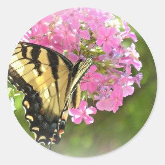 Flor y mariposa rosadas pegatina redonda