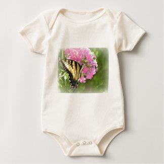 Flor y mariposa rosadas trajes de bebé