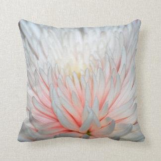 Flor y pétalos texturizados dalia almohada