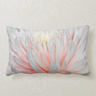 Flor y pétalos texturizados dalia cojin