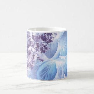 Flora púrpura y azul del invierno etéreo taza