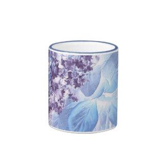 Flora púrpura y azul del invierno etéreo taza de dos colores