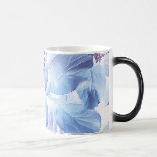 Flora púrpura y azul del invierno etéreo taza mágica