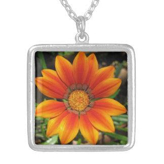 Floración anaranjada collar plateado