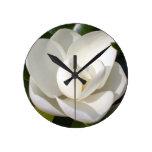 Floración de la magnolia relojes de pared