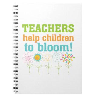 Floración de los niños de la ayuda de los profesor libro de apuntes
