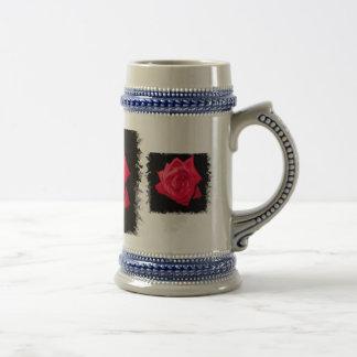 Floración del rosa rojo contra un contexto dentado jarra de cerveza