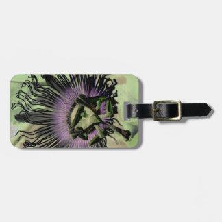 Floración púrpura y verde de la flor de la pasión etiqueta de maleta