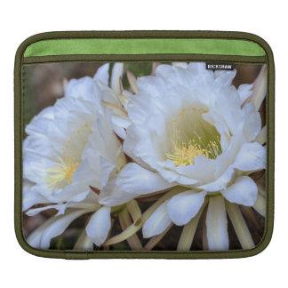 Floraciones blancas del cactus de Echinopsis - man Mangas De iPad