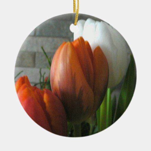 Floraciones del tulipán adorno navideño redondo de cerámica