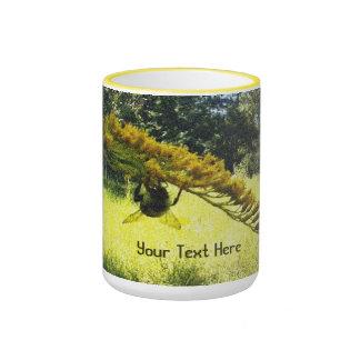 Floral botánico amarillo oscuro de la abeja del taza de dos colores