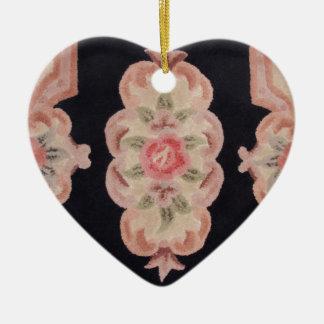Floral esculpida adorno navideño de cerámica en forma de corazón