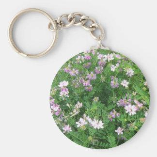Floral púrpura y blanco llavero redondo tipo pin