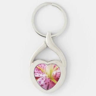 Floral rosado abstracto colorido del lirio del llavero plateado en forma de corazón