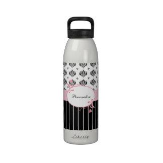 Floral rosado elegante del damasco blanco y negro botella de agua reutilizable
