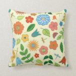 Floral y libélula modelados almohada