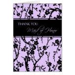 Florales negros y púrpuras le agradecen criada de  felicitaciones