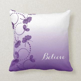 Florales púrpuras y blancos creen en sí mismo cojin