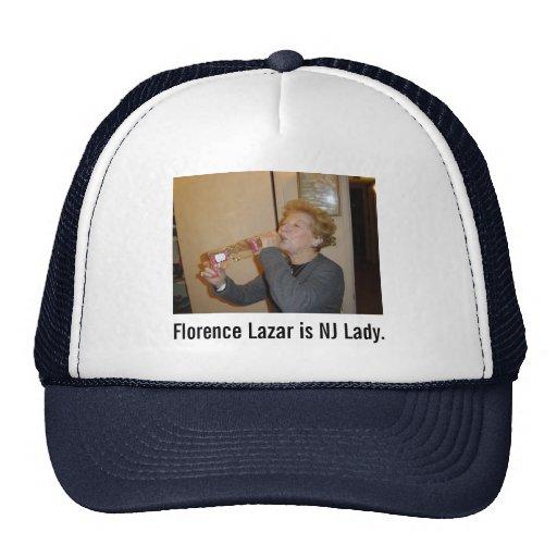 Florencia bebe el gorra del camionero