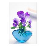 Florero azul de las flores   blancas púrpuras de papelería