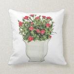 Florero blanco de rosas rojos cojines