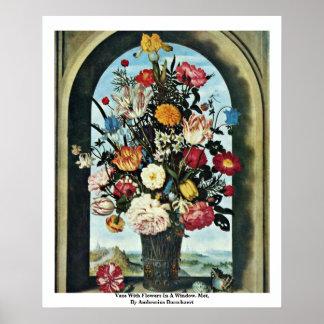 Florero con las flores en una ventana Encontrado Poster