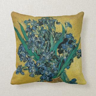 Florero con los iris, fondo amarillo de Van Gogh Almohada