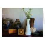 Florero con los Wildflowers, las cajas y los jarro Tarjetón
