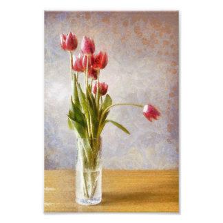 Florero de cristal con el manojo de tulipanes rosa cojinete