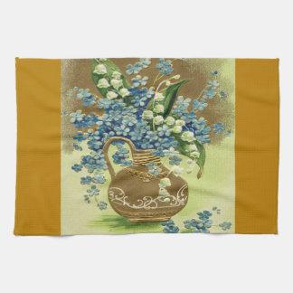 Florero de flores azules y blancas toallas de cocina
