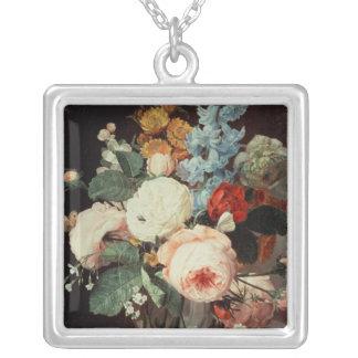 Florero de flores en una repisa de mármol colgantes