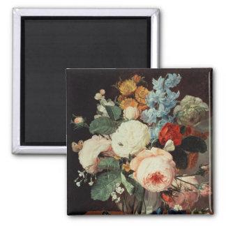 Florero de flores en una repisa de mármol imanes para frigoríficos
