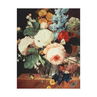 Florero de flores en una repisa de mármol lona envuelta para galerias