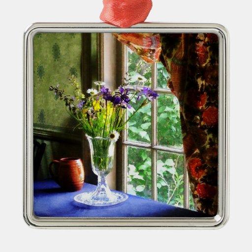 Florero de flores y de la taza por la ventana ornamentos para reyes magos