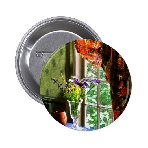 Florero de flores y de la taza por la ventana pin redondo 5 cm