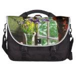 Florero de la flor y de la taza por la ventana bolsas para portatil