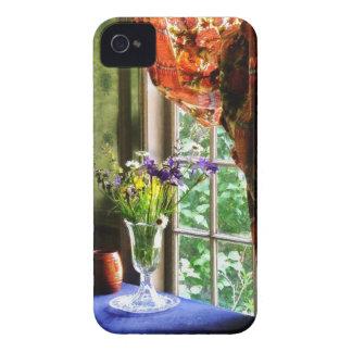 Florero de la flor y de la taza por la ventana iPhone 4 carcasas