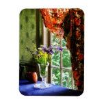 Florero de la flor y de la taza por la ventana imán
