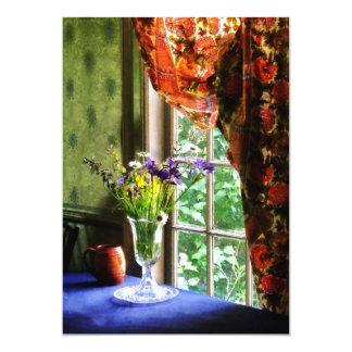 Florero de la flor y de la taza por la ventana anuncio