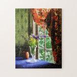 Florero de la flor y de la taza por la ventana rompecabezas con fotos