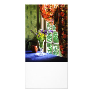 Florero de la flor y de la taza por la ventana tarjetas fotograficas personalizadas