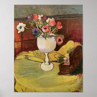 Florero de las flores, anémonas en un vidrio blanc poster
