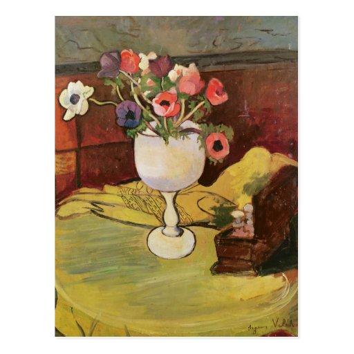 Florero de las flores, anémonas en un vidrio blanc tarjeta postal