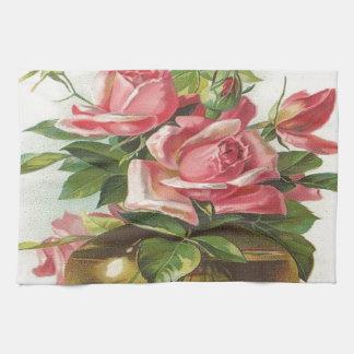 Florero de rosas rosados toallas